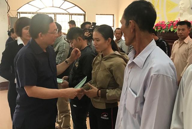 Bí thư Tỉnh ủy, Chủ tịch UBND tỉnh Bình Định động viên và trao sổ tiết kiệm cho gia đình các ngư dân bị nạn.