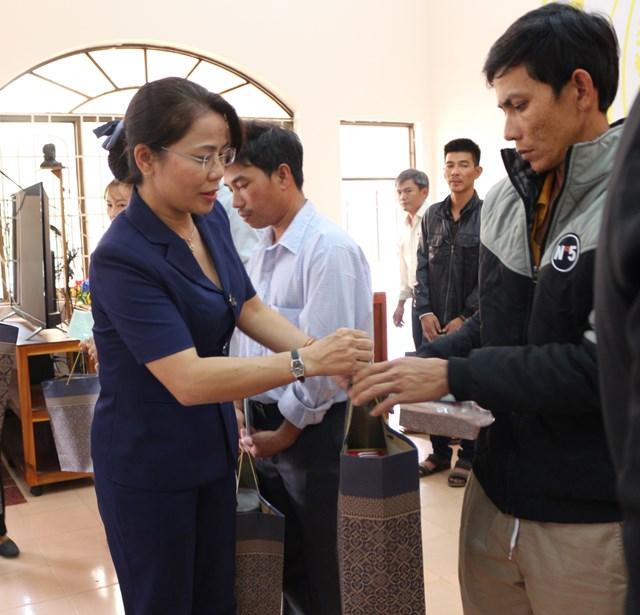 Chủ tịch Ủy ban MTTQ Việt Nam tỉnh Bình Định Nguyễn Thị Phong Vũ trao quà cho gia đình các ngư dân bị nạn.