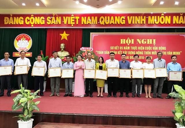 Trao Bằng khen của Ủy ban MTTQ Việt Nam tỉnh cho các tập thể, cá nhân xuất sắc trong thực hiện Cuộc vận động.