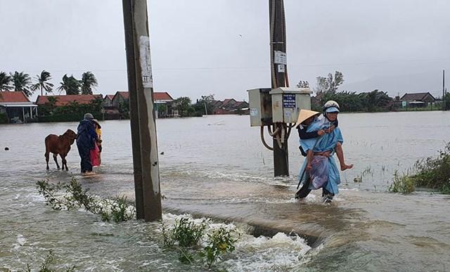 Người dân huyện Tây Hòa, Phú Yên sơ tán khỏi vùng lũ