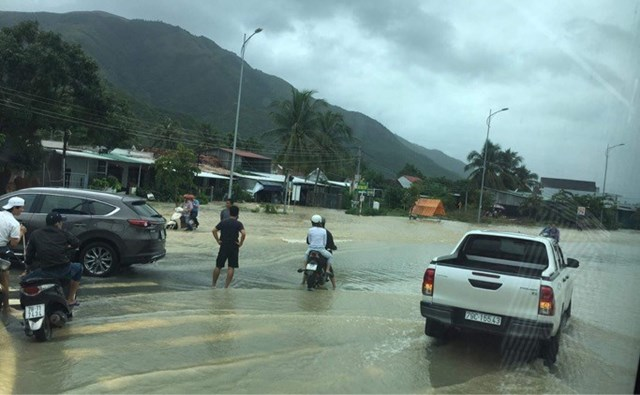 Một đoạn Quốc lộ 1A qua địa bàn TP Nha Trang (Khánh Hòa) bị ngập gây ách tắc giao thông.