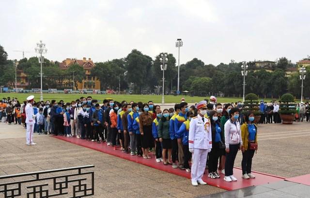 Đoàn học sinh khiếm thị vào viếng lăng Chủ tịch Hồ Chí Minh.