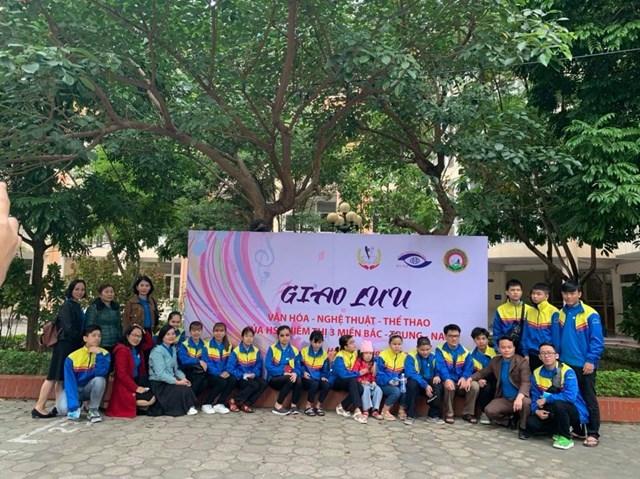 Đoàn học sinh chụp ảnh lưu niệm tại trường PTCS Nguyễn Đình Chiểu.