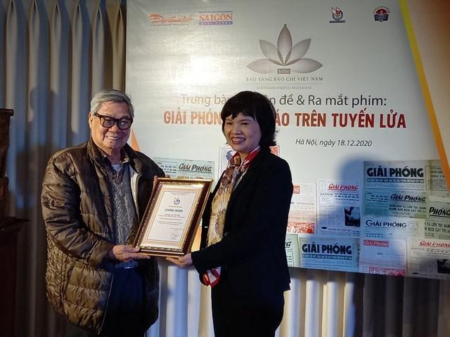 Ông Nguyễn hồ nhận giấy chứng nhận hiến tặng kỷ vật.