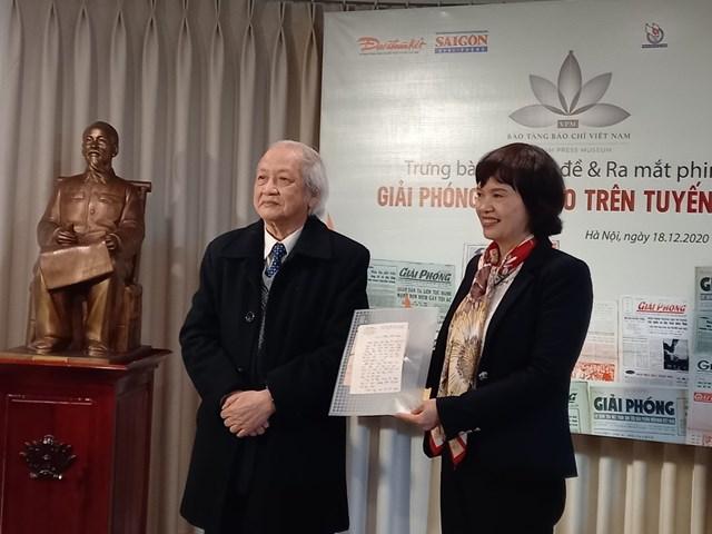 Ông Khúc Hà Linh nhận giấy chứng nhận hiến tặng kỷ vật.
