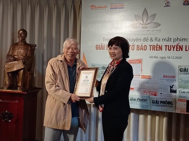 Ông Phương Hà nhận chứng nhận hiến tặng kỷ vật.