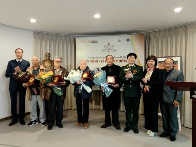 Ban tổ chức tặng hoa các cựu phóng viên báo Giải phóng.