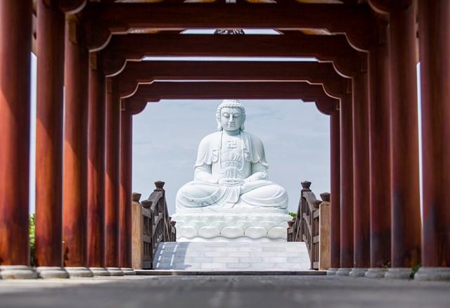 Nằm gần chính giữa khuôn viên là Đền Trình với tượng Phật A Di Đà tọa lạc giữa hồ nước. Hai công trình nội khu được thiết kế để phù hợp với việc tổ chức các sự kiện tâm linh trang nghiêm.