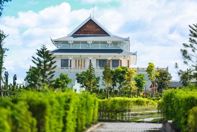 Trước nhà tang và là quảng trường trung tâm rộng 10.000 m2, được bao quanh bởi nhiều vườn hoa, hồ nước và thảm cỏ xanh.