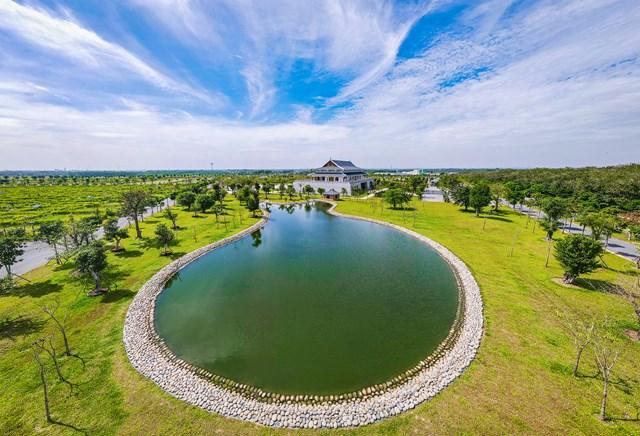 50% diện tích đất dự án được chủ đầu tư sử dụng để làm cảnh quan, với nhiều hồ nước, suối nhân tạo, cây xanh, nhà hàng, khu lưu trú. Bao quanh dự án là hai dòng suối đá chảy quanh năm. Ven các hồ nước có nhiều vọng lâu để du khách dừng chân ngắm cảnh, nghỉ ngơi khi tới đây.