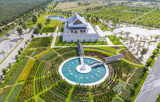 Khuôn viên được bố trí nhiều loại hoa tươi, cây cảnh quanh, cây ăn trái... với mong muốn tạo năng lượng tự nhiên tích cực cho khách đến tham quan và thăm viếng.