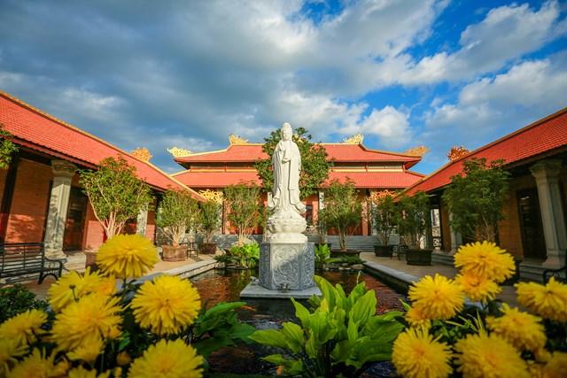 Nằm bên trái cửa vào là khu tịnh xá, được thiết kế theo lối kiến trúc Phật giáo thời Lý. Công trình được sử dụng như một nơi thờ phụng và tổ chức nhiều nghi lễ tâm linh vào các dịp lễ Tết quanh năm.