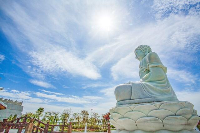 Khu hoa viên nghĩa trang sinh thái mang đậm chất văn hóa Á Đông và những thiết kế kiến trúc nhà Phật. Trong ảnh là khu cổng chính nhìn từ bên ngoài.