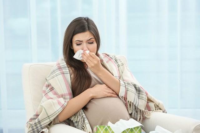 Bà bầu thường dễ mắc bệnh cảm cúm, cảm lạnh trong mùa đông. (Ảnh minh hoạ).