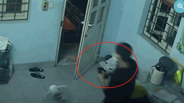 Tên trộm lấy 2 điện thoại ở trạm gác. (Ảnh cắt từ clip).
