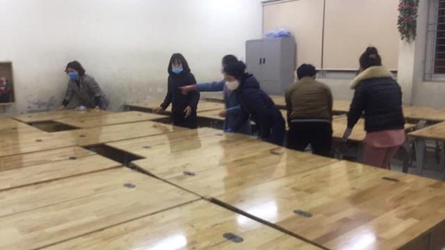 Các cô giáo chuẩn bị cơ sở vật chất để học sinh cách ly ngay tại trường. (Nguồn: Trần Bích Ngọc)