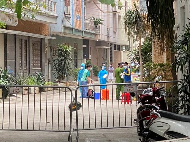 Nhân viên y tế tiến hành các biện pháp phòng dịch tại ngõ 86 Duy Tân, Dịch Vọng Hậu, Cầu Giấy - nơi có ca nhiễm Covid-19. Ảnh: Lan Anh.