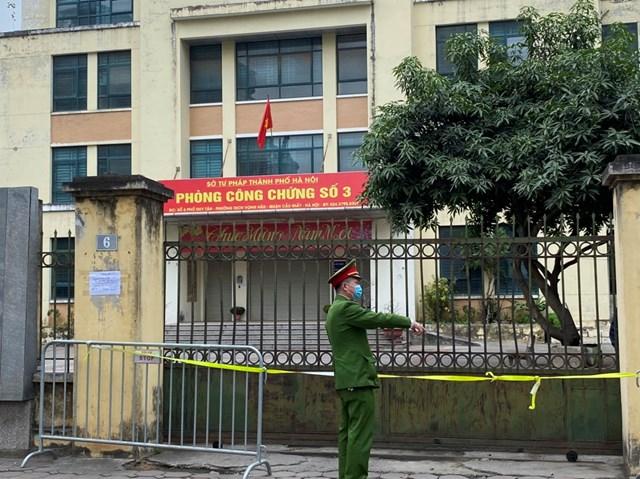 Văn phòng công chứng số 3 tại phố Duy Tân bị phong toả. Ảnh: Lan Anh.