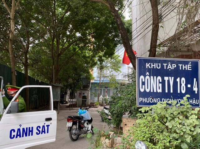 Lực lương chức năng phong toả khu 18-4, ngõ 86 Duy Tân, phường Dịch Vọng Hậu, quận Cầu Giấy, Hà Nội. Ảnh: Lan Anh.