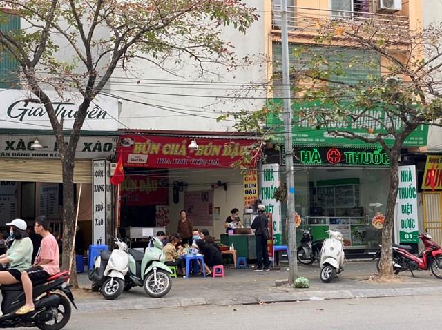 Một quán ăn tại phố Khúc Thừa Dụ vẫn ngang nhiên bày bán ghế ra vỉa hè phục vụ khách. Ảnh: L.A..
