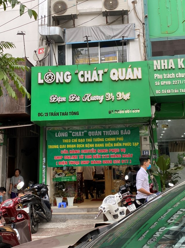 """Một quán ăn trên đường Trần Thái Tông treo biển rõ phục vụ """"online"""". Ảnh: L.A.."""