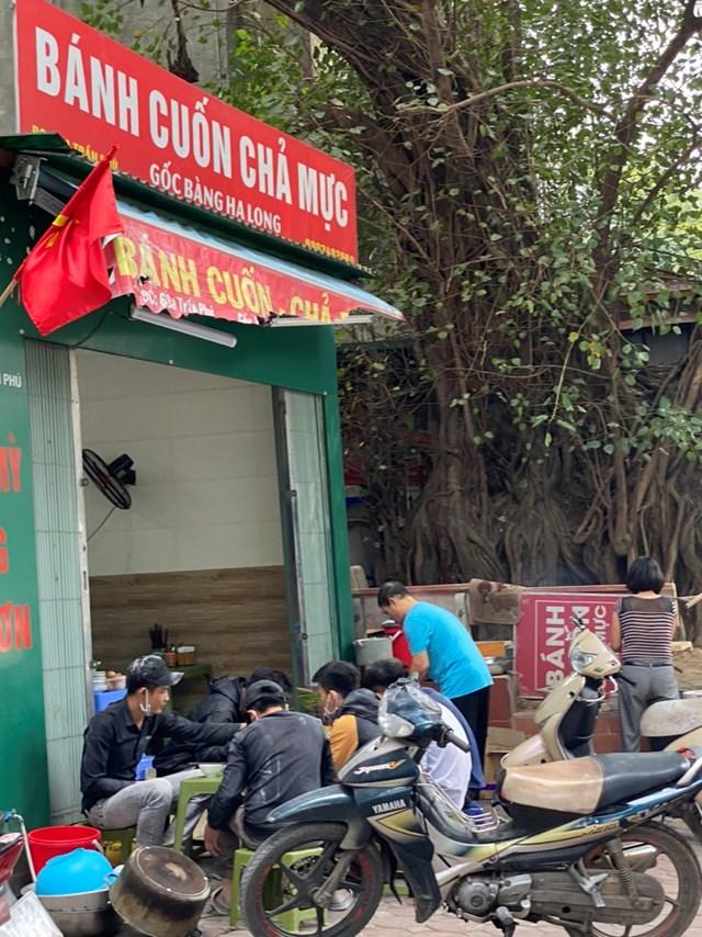 """Một quán ăn trên đường Trần Phú cũng """"vô tư"""" phục vụ khách ngoài vỉa hè. Ảnh: L.A.."""