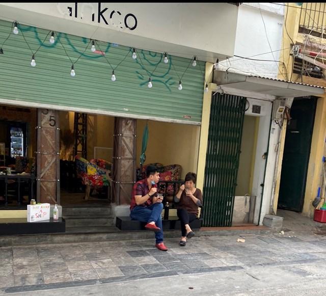 Một quán cafe trên phố Tạ Hiện đề biển bán mang về tuy nhiên vẫn có người ngồi uống. Ảnh: L.A..