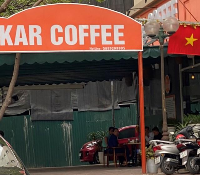 Một quán cafe trên địa bàn quận Cầu Giấy vẫn phục vụ khách hàng uống tại chỗ. Ảnh: L.A..