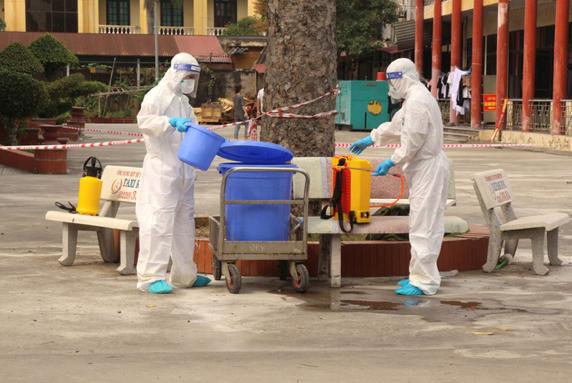 Nhân viên kiểm soát nhiễm khuẩn làm việc tại Bệnh viện Dã chiến Hải Dương. Nguồn: Đ.Tuỳ.