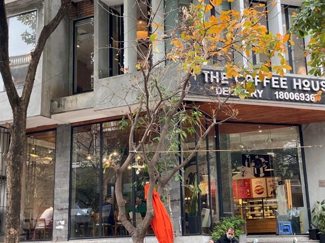 [ẢNH] Người dân Thủ đô tấp nập uống cafe từ sáng sớm - Ảnh 1