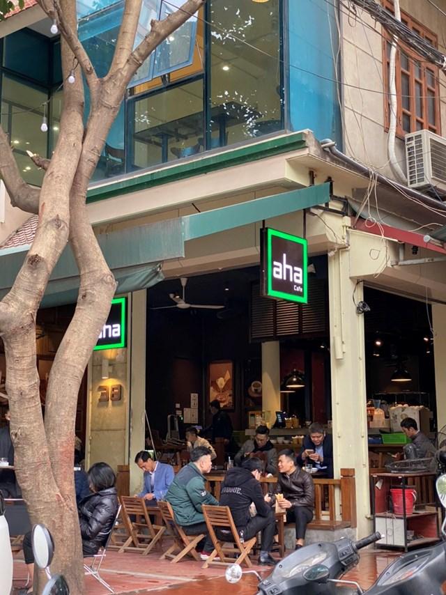 Quán cafe AHA bên phía đường Duy Tân cũng đã rất đông khách từ 8h00 sáng nay. Ảnh: Lan Anh.