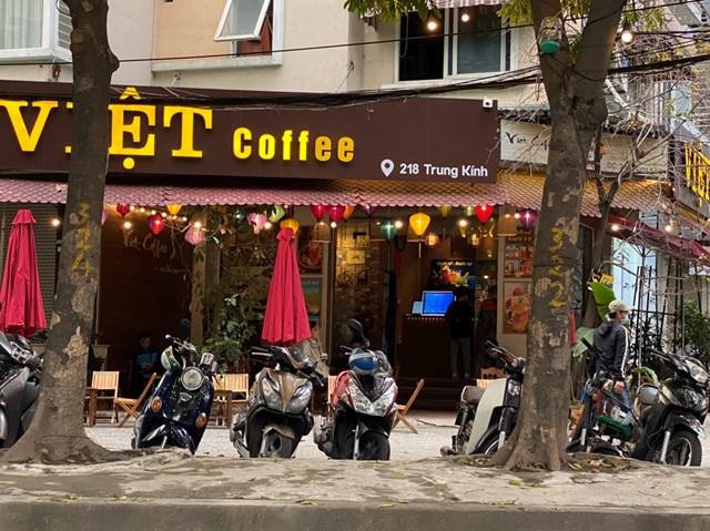 [ẢNH] Người dân Thủ đô tấp nập uống cafe từ sáng sớm - Ảnh 5