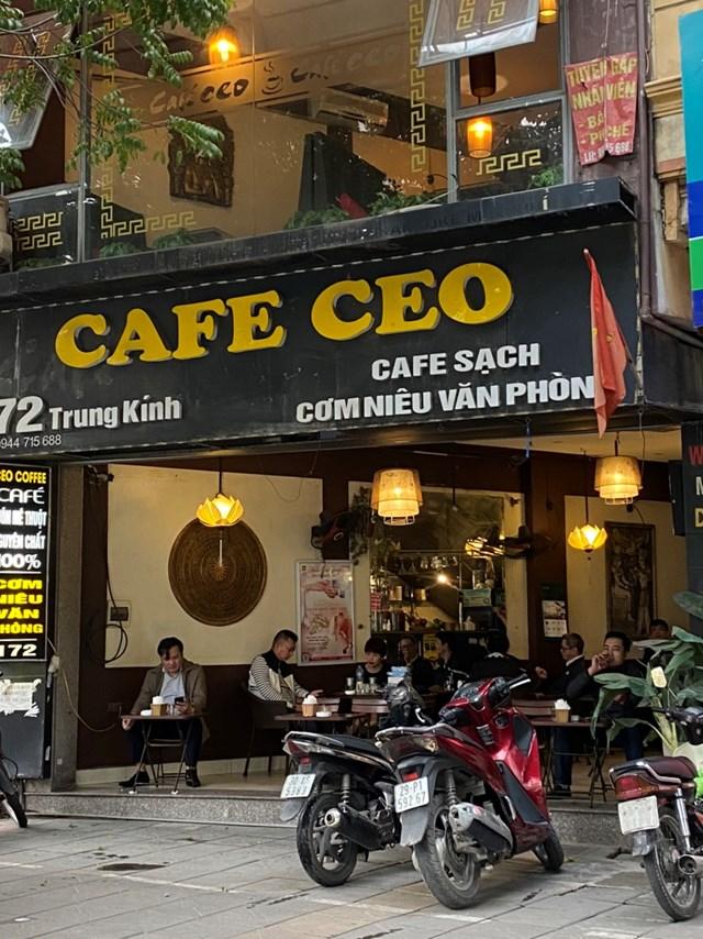 [ẢNH] Người dân Thủ đô tấp nập uống cafe từ sáng sớm - Ảnh 4