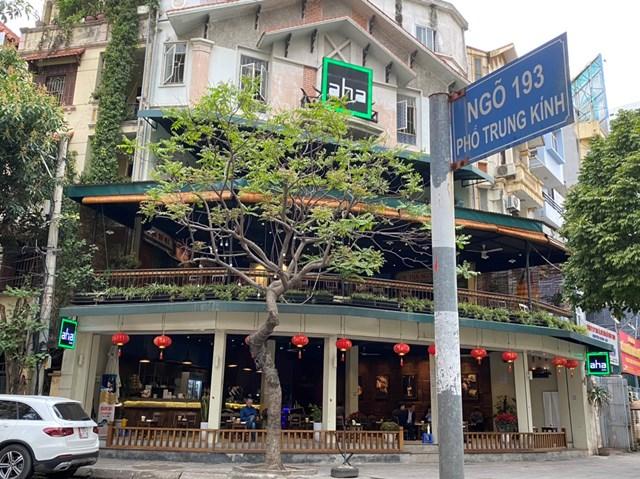 Quán cafe AHA ở đường Trung Kính mở cửa trở lại đón khách từ 7h30. Ảnh: Lan Anh.