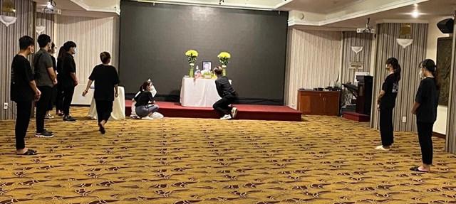 Các em sinh viên cùng đoàn có mặt, chia sẻ với em Dương Thị Anh.