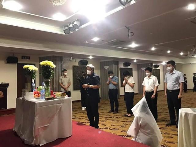 Thứ trưởng Nguyễn Trường Sơn cùng đoàn công tác Bộ Y tế thường trực tại TP HCM đến động viên,chia sẻ sự mất mát với sinh viên Dương Thị Anh.