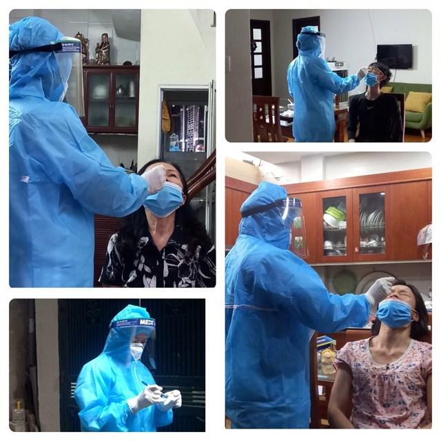 Đến từng nhà, nhân viên y tế đều phải thực hiện đúng quy trình, mặc và cởi đồ bảo hộ từng điểm. Ảnh: Phạm Sỹ.
