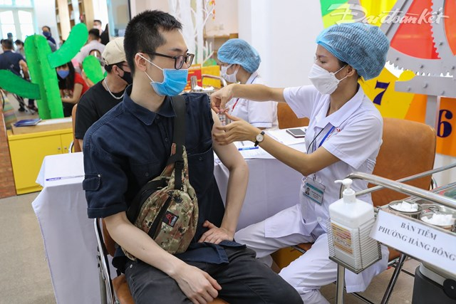 Lực lượng y tế thực hiện tiêm phòng vaccine phòng Covid-19 cho người dân. Ảnh: Quang Vinh.