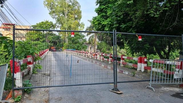 Người dân không được di chuyển qua các cầu có chốt cứng rào chắn.
