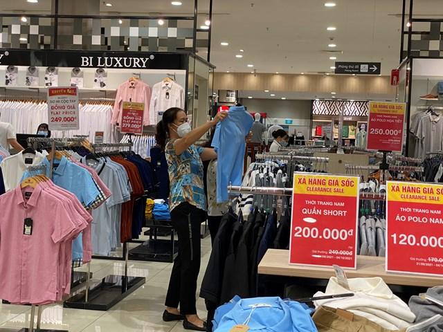 Nhiều cửa hàng quần áo, đồ gia dụng được bày bán trở lại.