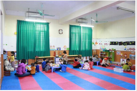 Lớp học được trang bị thảm xốp, cửa đóng kín để giữ ấm cho học sinh, (Nguồn: Sưu tầm)
