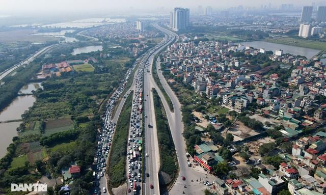 Theo ghi nhận của phóng viên vào lúc hơn 9h sáng 1/1, tình trạng ùn tắc nghiêm trọng xảy ra đường vành đai 3 trên cao, kéo dài từ khu vực nút giao Nguyễn Xiển lên đến cầu Thanh Trì.