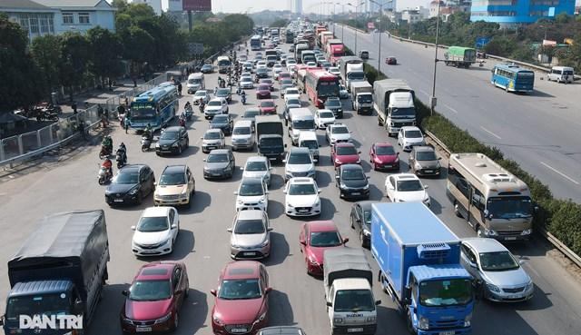 Tại khu vực lối lên cầu Thanh Trì, dòng phương tiện nối đuôi nhau nhích từng chút.