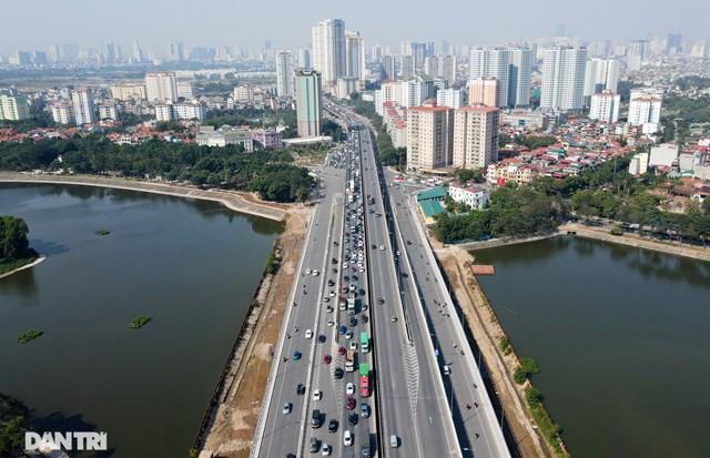 Tình trạng ùn tắc kéo dài đến tận nút giao bán đảo Linh Đàm (Hà Nội).
