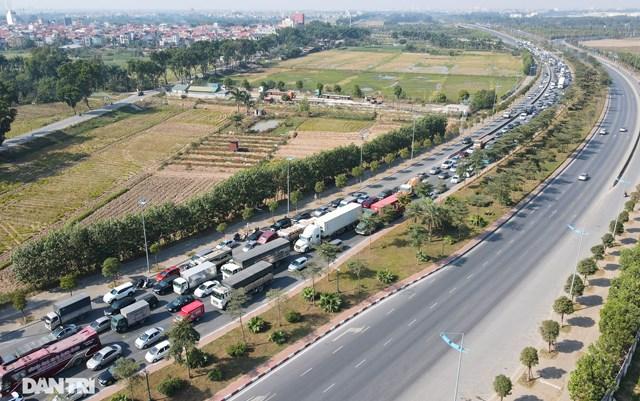 Còn tại khu vực cửa ngõ phía bắc thủ đô Hà Nội, tình trạng ùn tắc kéo dài cũng xảy ra trên tuyến đường Trường Sa. Nguyên nhân là do có một xe khách bị hư hỏng ở làn giữa, đã khiến giao thông bị ùn ứ.