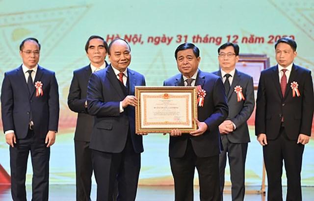 Thủ tướng trao Huân chương Lao động hạng Nhất cho Bộ trưởng Nguyễn Chí Dũng - Ảnh: VGP/Quang Hiếu.