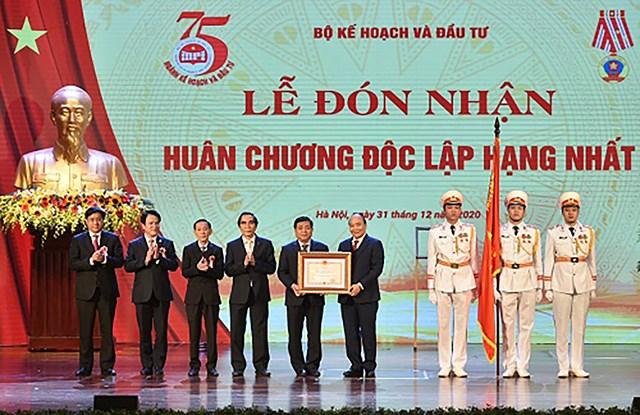 Thủ tướng trao Huân chương Độc lập hạng Nhất cho Bộ Kế hoạch và Đầu tư - Ảnh: VGP/Quang Hiếu.