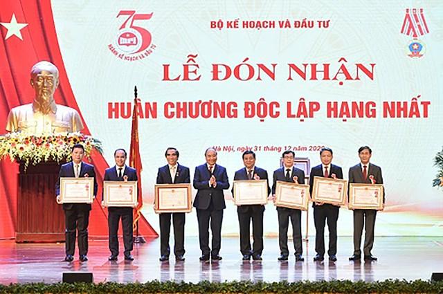 Thủ tướng trao thưởng cho các cá nhân có thành tích xuất sắc của Bộ Kế hoạch và Đầu tư - Ảnh: VGP/Quang Hiếu.