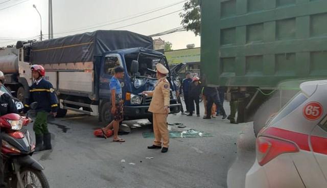 Xe tải BKS 22C-072.87 bị bẹp nát phần cabin, lái xe bị mắc kẹt, người dân và lực lượng cứu hộ phải cạy, bênh mới đưa được lái xe ra ngoài.