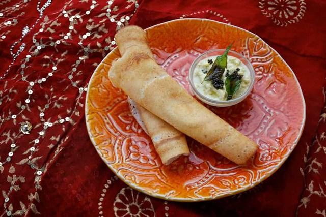 Ở miền Nam Ấn Độ, dosas là một món ăn nhẹ phổ biến tương tự như bánh kếp. Chúng được làm bằng bột gạo lên men và đậu lăng.